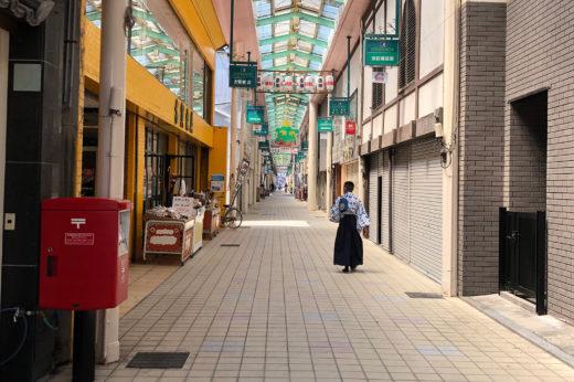 京町アーケードを闊歩して家路につく浴衣侍。