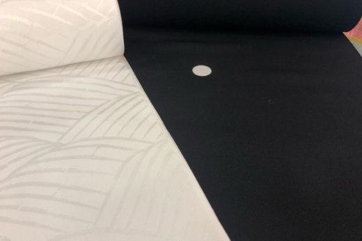 黒紋付と白い長襦袢。