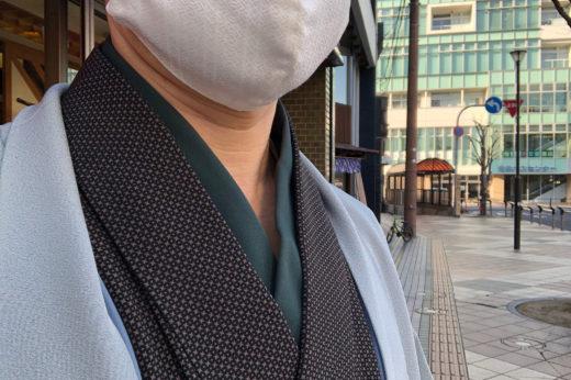 江戸小紋に無地の紋付羽織、に博多織のマスク。