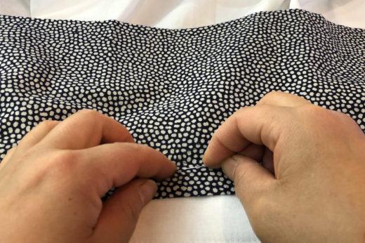 半襦袢に手ぬぐいの半衿を縫い付ける