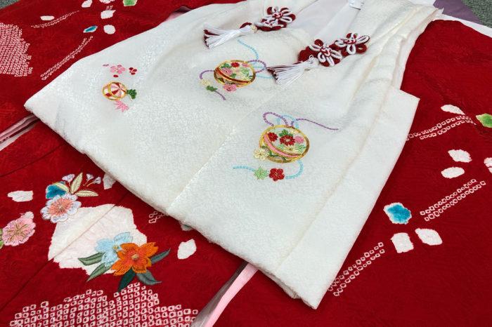 真っ赤な一ツ身に真っ白な被布